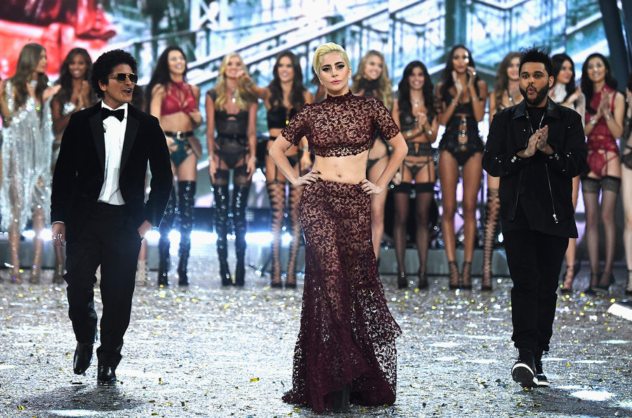 Lady Gaga, The Weeknd e Bruno Mars no desfile da Victoria
